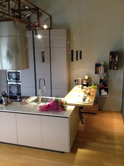 Soggiorno e cucina in ferro ossidato, rovere e marmo di Carrara | MENEGATTI LAB