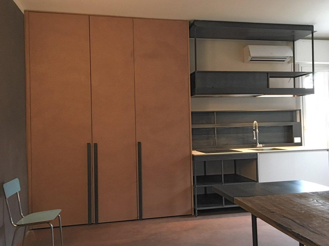 Cucina in cemento, ferro crudo, marmo, olmo e luce | MENEGATTI LAB