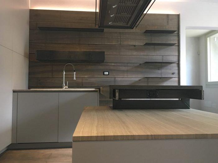 Cucina in Frassino, ferro crudo, marmo e luce   MENEGATTI LAB