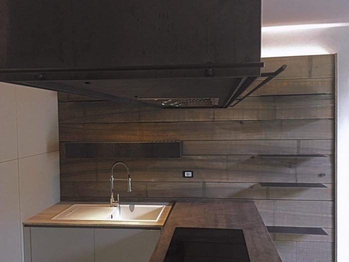 Cucina in Frassino, ferro crudo, marmo e luce | MENEGATTI LAB