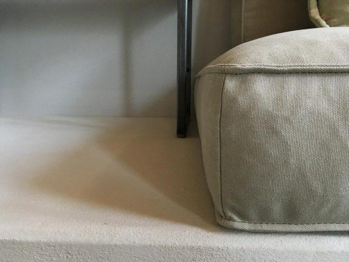 Libreria in frassino, ferro crudo e divano in tessuto | MENEGATTI LAB