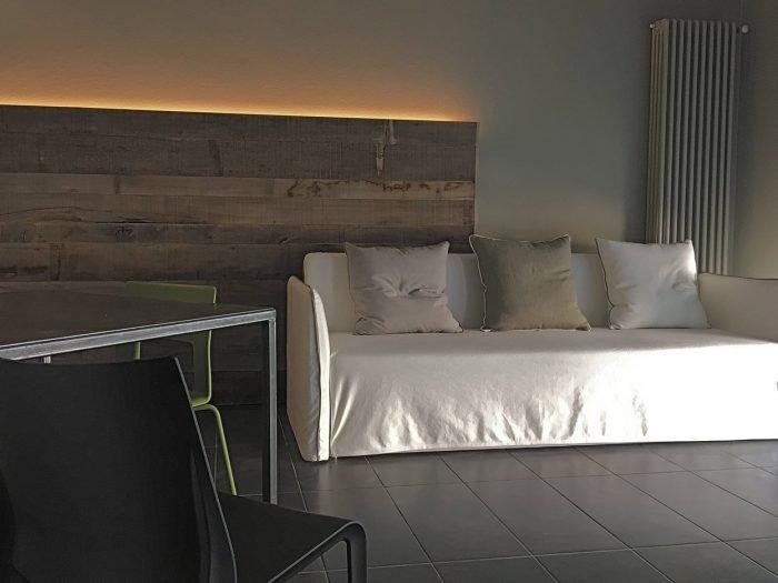Soggiorno in olmo, ferro, luce e divano in tessuto | MENEGATTI LAB