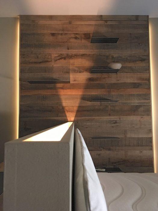 Zona Notte in olmo, ferro, luce e divano in tessuto | MENEGATTI LAB